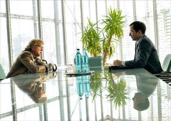 Alfi (Markus Hering) erfährt von seinem Bankberater...lang'