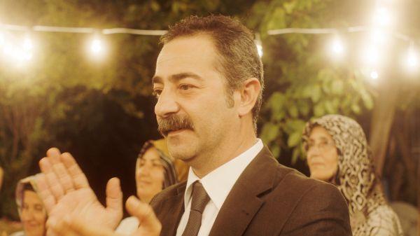Mustang - Erol (Ayberk Pekcan) bringt seinen Nichten...g bei