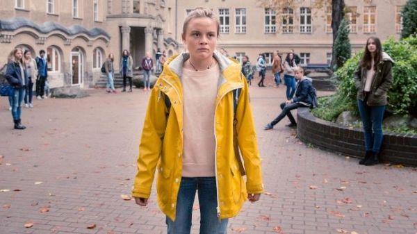 Das weiße Kaninchen - Lena Urzendowsky als Sara Rost