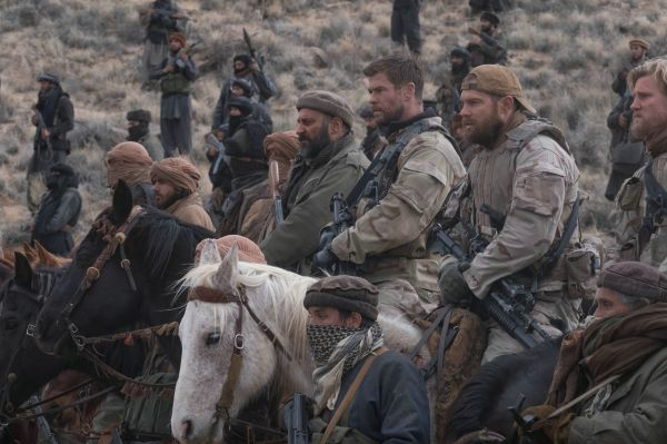 Operation: 12 Strong - Captain Mitch Nelson (CHRIS..., r.)